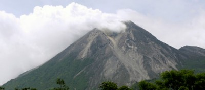 """Il """"monte di fuoco"""" in Indonesia si è risvegliato"""