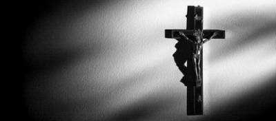 Contro il crocifisso sul muro