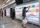 Un supermarket virtuale, a grandezza naturale, in metropolitana
