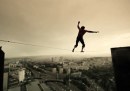 Camminare su un filo sospeso nel cielo di Parigi