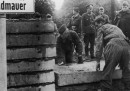 Le foto della costruzione del muro di Berlino