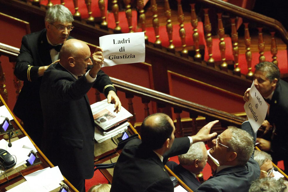 Storia e foto di proteste in parlamento il post for Parlamento italiano storia