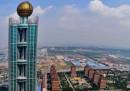 Un grattacielo nella campagna cinese