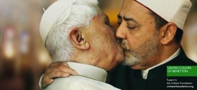 Il bacio tra il papa e l'imam