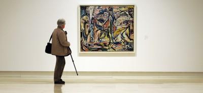 Gente che guarda i quadri