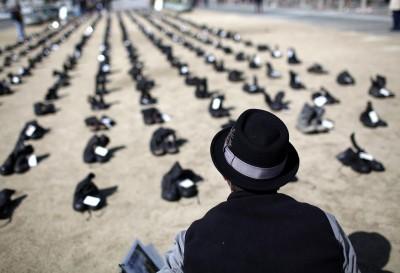 Eyes Wide Open, 481 paia di stivali contro la guerra