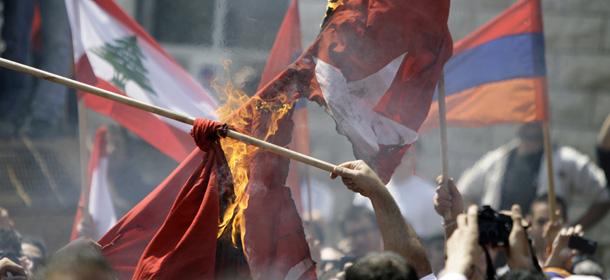 Lebanese Armenians burn the Turkish flag