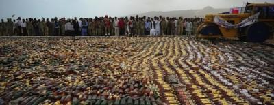 Le bottiglie di alcolici distrutte in Pakistan