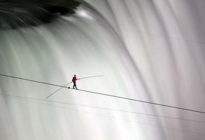 Nik Wallenda attraversa le cascate del Niagara su una fune