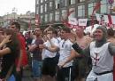 I tifosi inglesi e svedesi cantano Wonderwall
