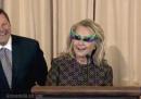 Hillary Clinton tiene un giuramento con occhiali da carnevale