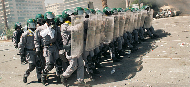 20 JUL 2001 GENOVA: POLICE LINE UP DURING THE CLASH IN THE AFTERNOON