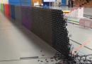 128000 tessere di domino che cadono