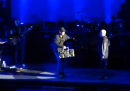John Cusack porta a Peter Gabriel uno stereo durante la canzone In Your Eyes
