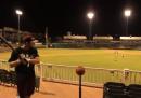 Fare canestro usando una mazza da baseball