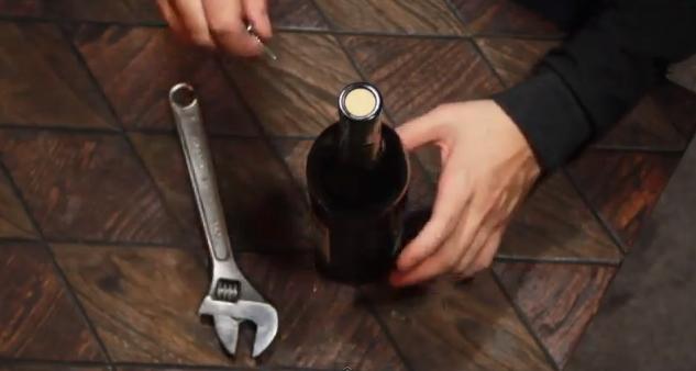 Sette modi per aprire una bottiglia di vino senza - Aprire una porta senza chiavi ...