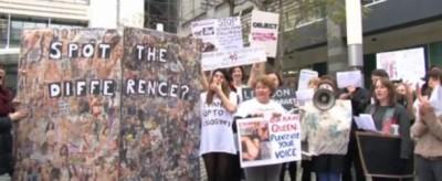 Le proteste contro la pagina con le donne nude