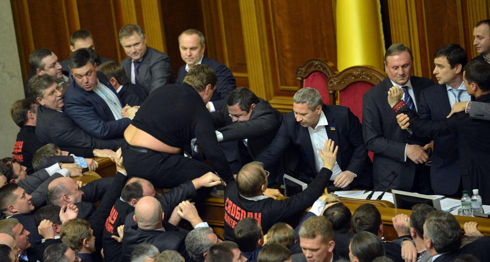 Due giorni di risse al parlamento ucraino il post for Streaming parlamento