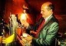 """La foto di Bersani che """"spina la birra"""""""
