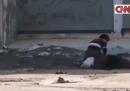Il video del ragazzo che cerca di salvare una donna ad Aleppo