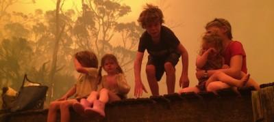 Le foto della famiglia che fugge da un incendio in Australia