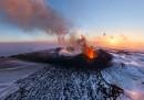 La grande foto panoramica del vulcano Plosky Tolbachik nella Kamčatka