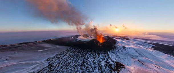 la grande foto panoramica del vulcano plosky tolbachik
