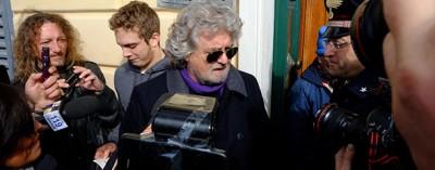 La conferenza stampa di Beppe Grillo, per strada