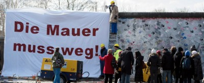 Hanno iniziato a spostare il Muro di Berlino