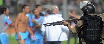 La polizia in campo durante una partita di Coppa Libertadores