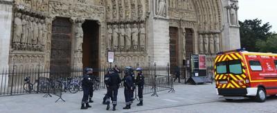 Il suicidio a Notre-Dame