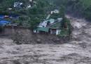 Il palazzo trascinato dall'alluvione in India – video