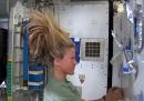 Lavarsi i capelli nello spazio