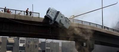 Il blindato della polizia caduto da un ponte al Cairo