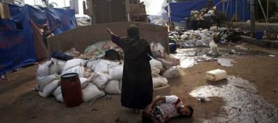 Le foto della donna davanti a un bulldozer al Cairo
