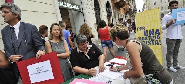 """Roma, raccolta firme a sostegno referendum radicali sulla """"Giustizia Giusta"""""""
