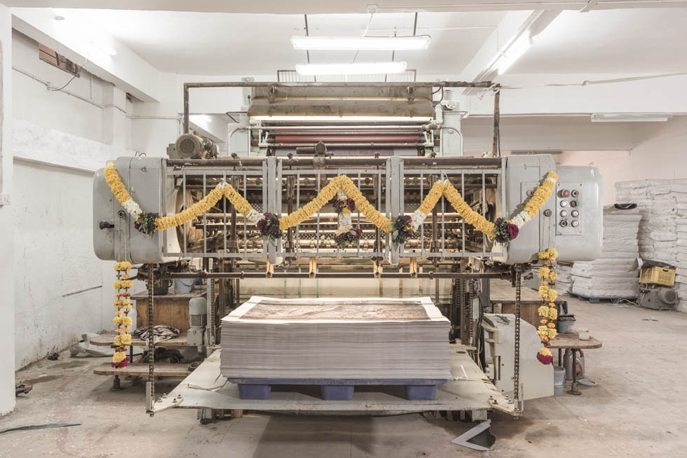 Il viaggio di una gigantesca macchina da stampa da milano for Macchina da cucire da viaggio