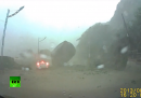 L'auto sfiorata da un enorme masso a Taiwan (video)