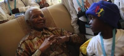 Sudafrica, Mandela dimesso da ospedale, condizioni ancora critiche
