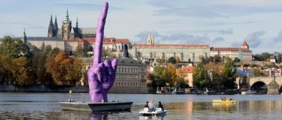 Un dito medio gigante per le elezioni in Repubblica Ceca