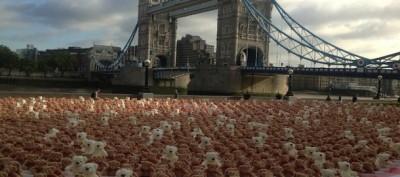 3.400 peluche sulla riva del Tamigi a Londra