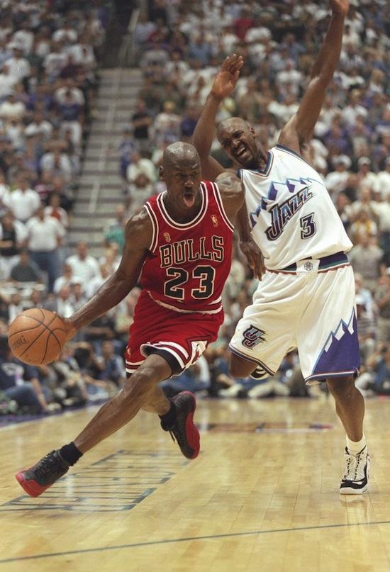 Le scarpe di Michael Jordan all asta. Non sono scarpe qualsiasi  sono  quelle che usò in una partita famosissima e che regalò a un raccattapalle  in cambio di ... a20a61da503