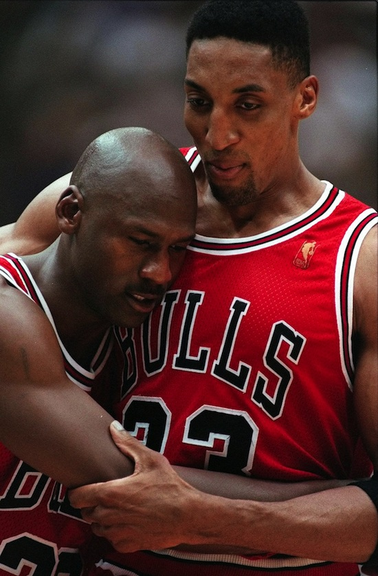 Scottie Pippen sorregge Michael Jordan 70ce6d57b31