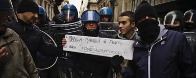 I poliziotti si sono tolti il casco per solidarietà con i manifestanti?