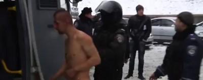 Il manifestante maltrattato dalla polizia a Kiev