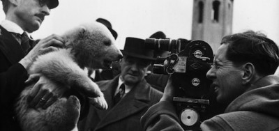 Uomini che portano orsi