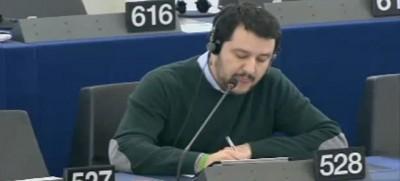"""Salvini accusato di essere """"un fannullone"""" al Parlamento europeo (video)"""