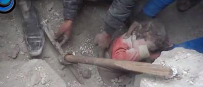 Il bambino tirato fuori dalle macerie in Siria