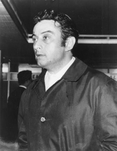Lenny Bruce (13 ottobre 1925 – 3 agosto 1966), nome d'arte di Leonard Alfred Schneider, è stato un noto comico americano, famoso sopratutto per i temi piuttosto scabrosi che toccava nei suoi spettacoli e per il suo linguaggio spesso volgare. Nel 1964 venne arrestato e processato per 'oscenità'. Nonostante durante il processo testimoniarono a suo favore personaggi come Woody Allen, Bob Dylan e Allen Ginsberg, Lenny Bruce fu dichiarato colpevole. Morì a causa di una overdose di morfina nella sua casa di Hollywood. Nella foto, Lenny Bruce all'aeroporto di New York, l'8 aprile 1963 (AP Photo)