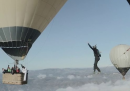 Passeggiata sul filo tra due mongolfiere
